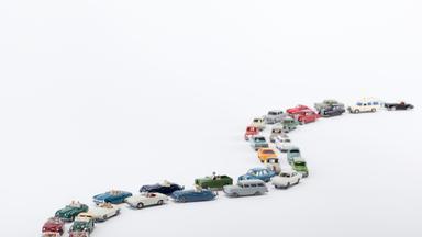 Aufreihung von Spielzeugautos in einer Schleife