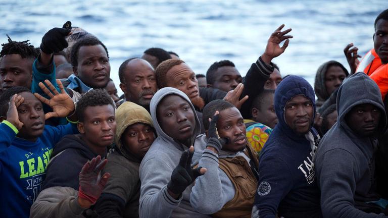 Flüchtlinge auf einem Boot auf dem Mittelmeer