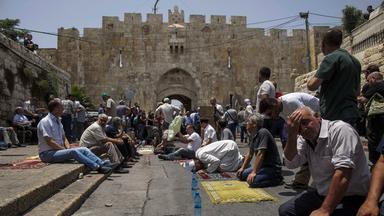 Menschen beim Freitagsgebet in Jerusalem