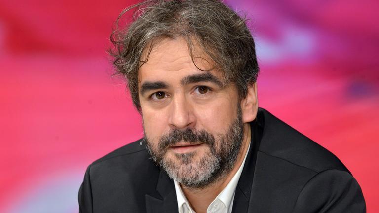 Deniz Yücel ist der erste deutsche Journalist in der Türkei, der seit der Übernahme der Regierung durch die islamisch-konservative AK-Partei von Recep Tayyip Erdogan in Untersuchungshaft muss. Yücels Familie lebt in Hessen und macht sich große Sorgen.
