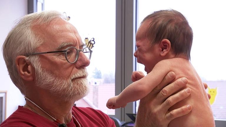 Dr. Michael Steiner liebt seinen Beruf: Seit 30 Jahren arbeitet er als Kinderarzt auf dem Land. Und das ist wahrscheinlich der Grund, weshalb er partout keinen Nachfolger für seine Praxis findet. Seine Patienten müssen sich künftig auf einen anderen Arzt - und weite Wege einstellen.