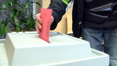 Stimmzettel wir in die Box geworfen