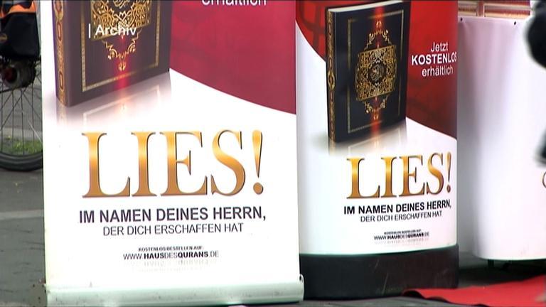 Koranbuch auf Werbeplakat