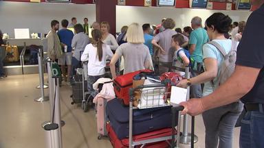 Türkeireisende warten am Flughafen.