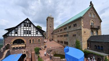 Er ist der bedeutendste Kirchenreformator und sie ist UNESCO-Weltkulturerbe: Luther und die Wartburg. In diesem Jahr feiern Luthers Thesen ihr 500. Jubiläum - und auch deshalb kommen immer mehr Besucher auf die Burg.