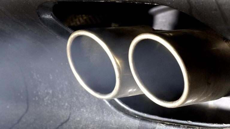 Autoabgase aus einem Auspuff