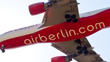 """Ein Flugzeug mit der Aufschrift """"Air Berlin"""" von unten fotografiert"""