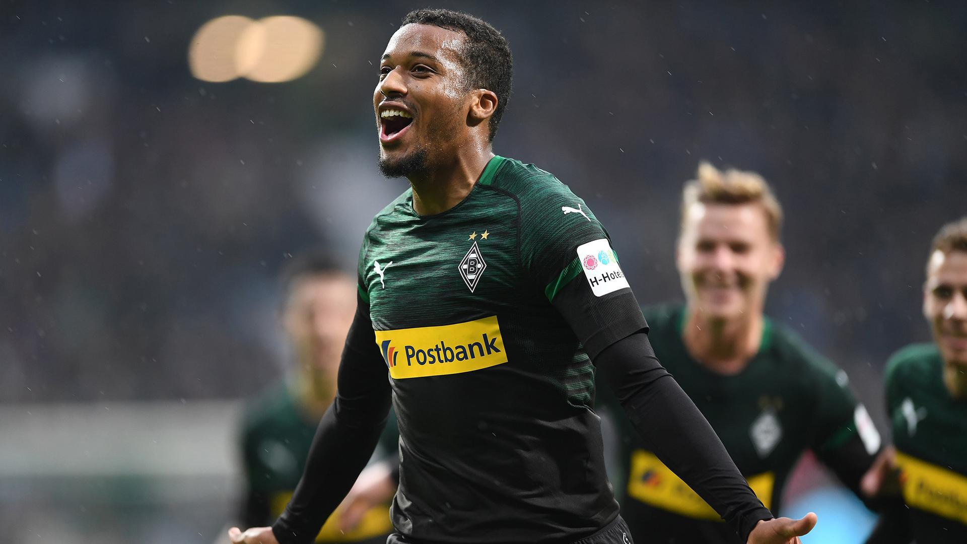 Gladbachs Alassane Plea jubelt über sein Tor zum 0:1 gegen Bremen