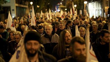 Eine demonstrierende Menschenmenge bei Nacht