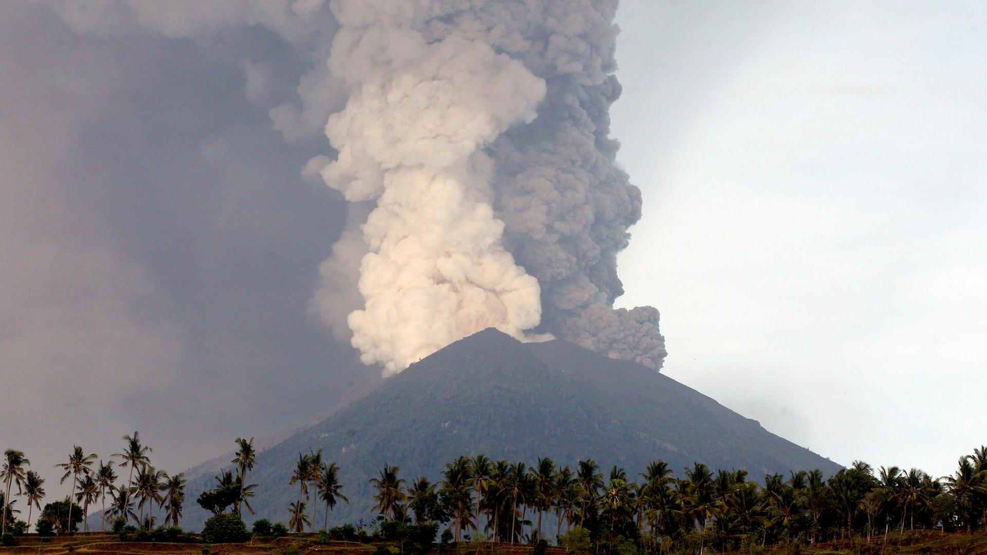 Schön Drohender Vulkanausbruch   Reisende Sitzen Auf Bali Fest