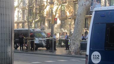 polizisten sperren am 17.08.2017 in barcelona (spanien) eine strasse ab.
