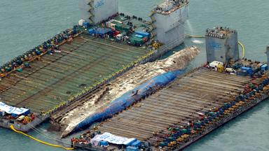 Vor der Küste Südkoreas stehen schwimmen zwei riesige Plattformen rechts und links der gesunkenen Fähre Sewol zur Bergung bereit.