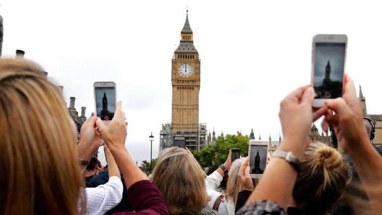 Schaulustige vor Big Ben in London