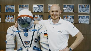 """""""Terra X - Erde - Mond-Mars"""" mit Alexander Gerst. Astronaut Alexander Gerst legt den Arm um einen Raumanzug."""