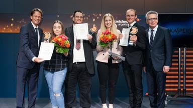 """""""Aktenzeichen XY ... ungelöst - XY-Preis 2017"""": Rudi Cerne, Saskia Jürgens, Marcel Märkisch, Marie-Isabel Kirmes, Kevin Batzler, Thomas de Maiziére"""