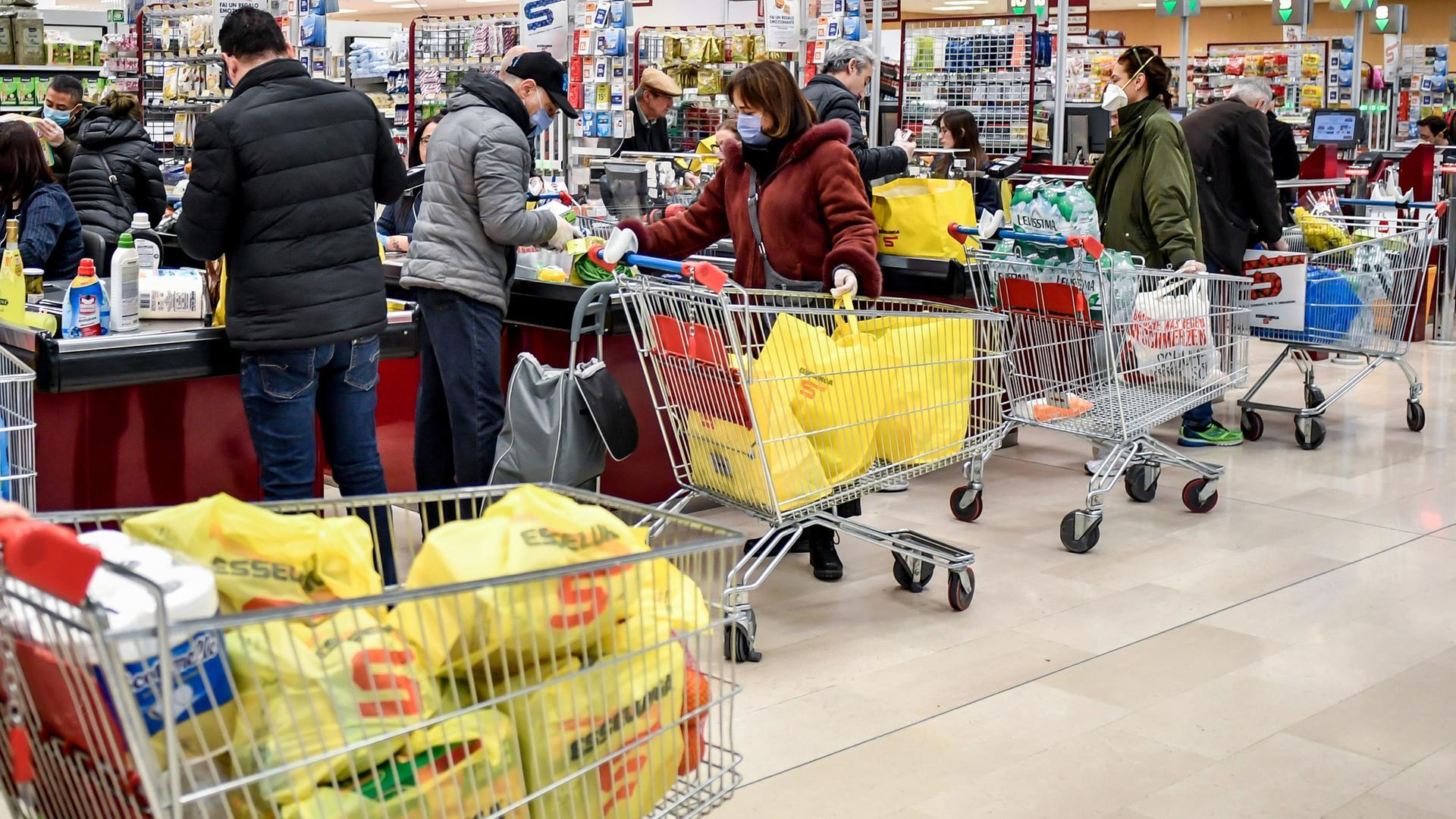 Ganz Italien Nun Schutzzone Kampf Gegen Corona Hamsterkaufe Und Leere Stadte Zdfheute