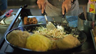 Dokumentation - Street Food Teil 1 - Spieße, Skorpione Und Eine Deftige Suppe