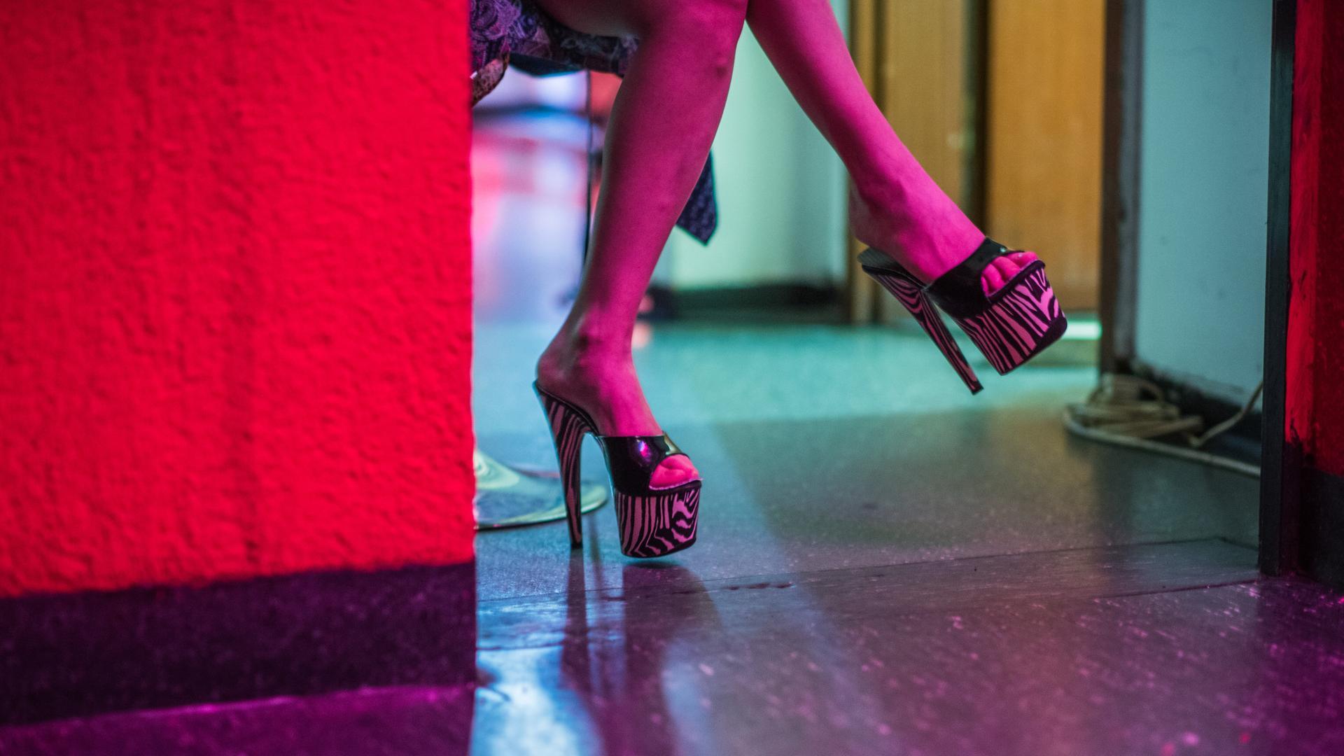 Eine Prostituierte wartet auf ihrem Zimmer in einem Bordell in Frankfurt am Main.
