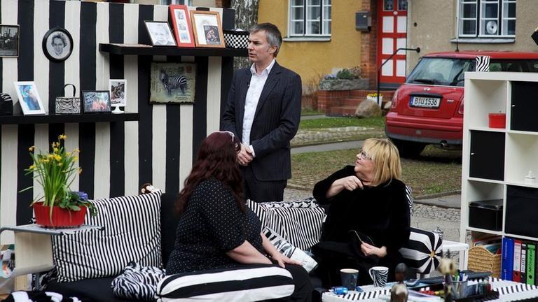 Ein Experte Einer Werbeagentur Sucht Nach Dem Typisch Deutschen Wohnzimmer