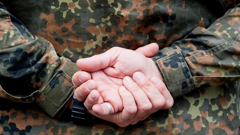 Hände eines Bundeswehr Soldaten.