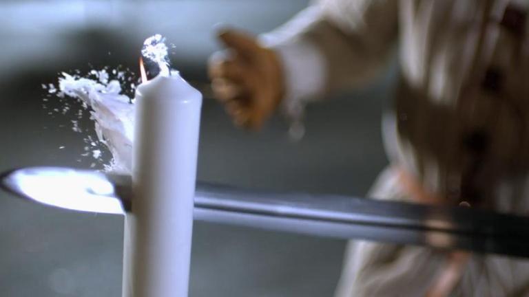 Clip-Vorschau: Experiment mit dem Ritterschwert, das eine Kerze durchschlägt - aus Die Welt der Ritter