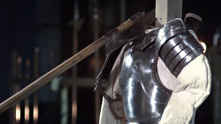 Clip-Vorschau: Mittelalterliche Helmbarte schlägt im Experiment auf Ritterrüstung- aus: Terra X Die Welt der Ritter, Folge 3