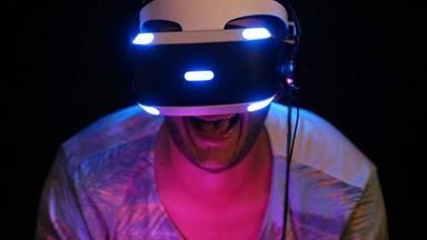Archiv: Ein Besucher der Gamescom testet am 05.08.2015 in Köln eine 3-D-Brille
