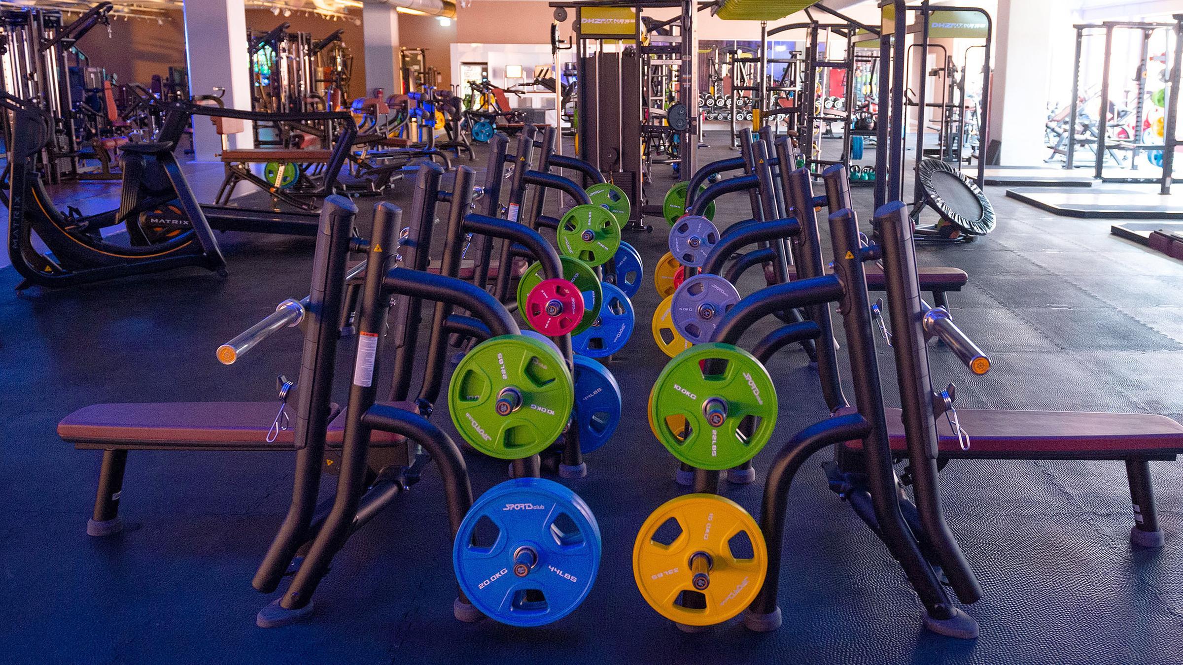 Hoffen Auf Corona Lockerungen Fitnessstudios Stehen Mit Dem Rucken Zur Wand Zdfheute