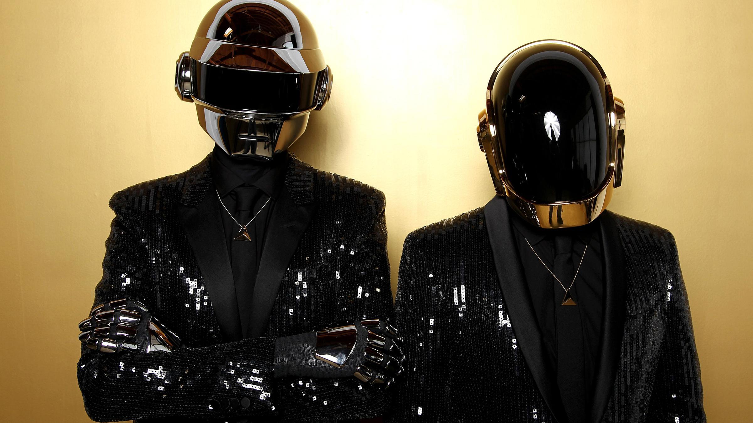 Archiv: Thomas Bangalter (l) und Guy-Manuel de Homem-Christo, von dem Duo Daft Punk posieren für ein Porträt in Los Angeles.