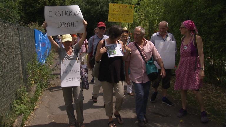 Menschen demonstrieren in Frankfurt