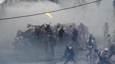 Demonstranten stoßen mit Sicherheitskräften zusammen