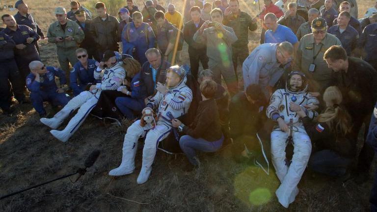 Die drei zurückgekehrten Astronauten Jeff Williams aus den USA, Alexey Ovchinin und Oleg Skripochka aus Russland