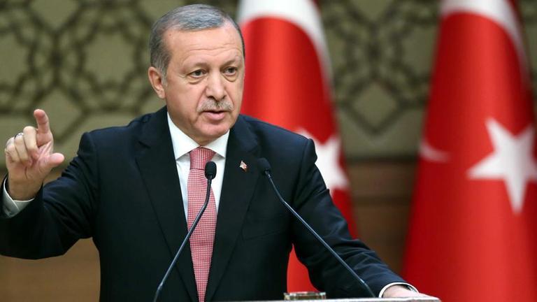Die Türkei wird ihre Angriffe gegen die Kurden in Syrien trotz Protesten der USA fortsetzen. Präsident Erdogan sagte, die Offensive würde solange andauern, bis es keine Bedrohung mehr für sie gebe.