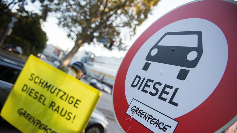 greenpeace demonstriert fuer bessere luft in innenstaedten