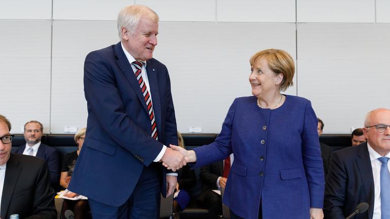 Horst Seehofer und Angela Merkel am 26.09.2017 in Berlin bei der konstituierenden Fraktionssitzung der cdu/csu-Bundestagsfraktion.