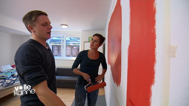 Ann-Kathrin Otto hilft dem Studenten Henning