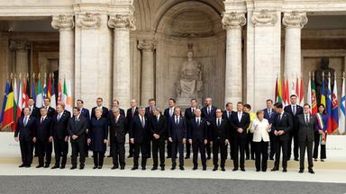 Die Staats- und Regierungschefs der EU stehen vor dem Cortile di Michelangelo in Rom für ein Foto zusammen.