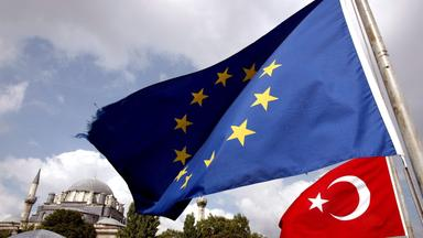 Die Flaggen der EU und der Türkei.