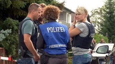 Polizistinnen und Polizisten am Tatort
