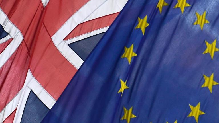 Fahnen von Grossbritannien und der EU