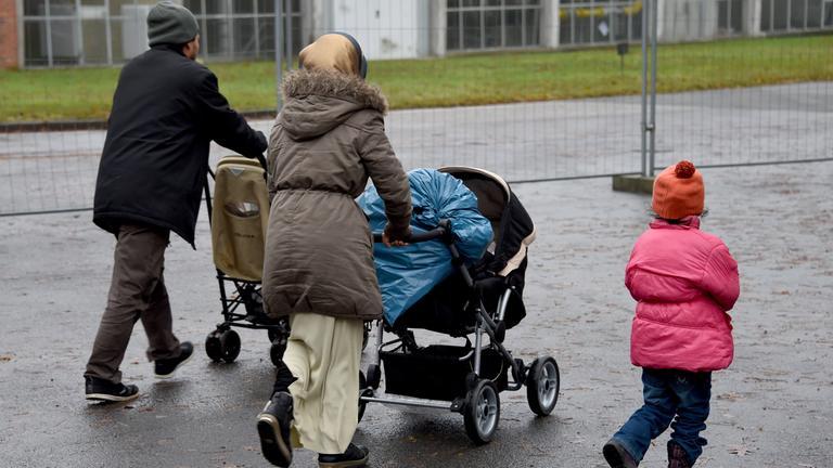 Eine Flüchtlingsfamilie: Zwei Eltern und drei Kinder