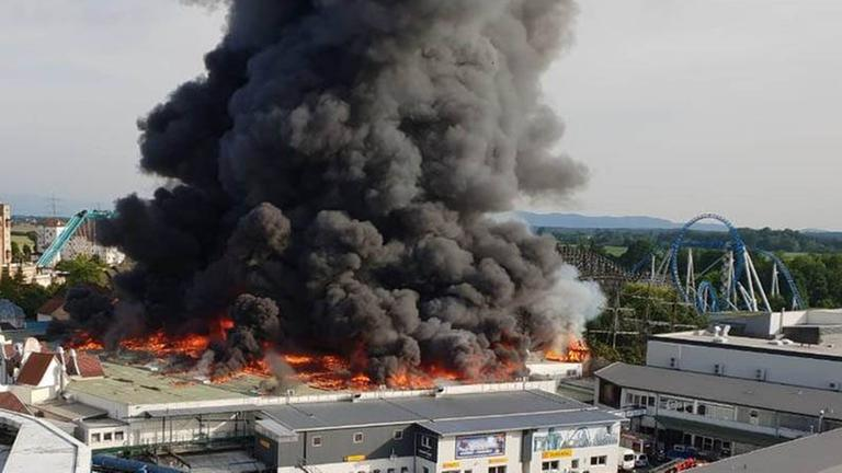 lagerhalle in flammen feuer im europapark rust zdfmediathek. Black Bedroom Furniture Sets. Home Design Ideas