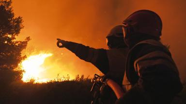 Father Brown - Britische Krimiserie - Flammendes Inferno - Feuerwehr Hautnah: Faktor Mensch