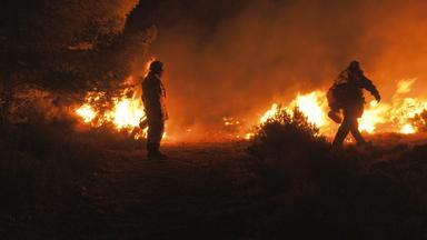 Father Brown - Britische Krimiserie - Flammendes Inferno – Feuerwehr Hautnah: Wettlauf Gegen Die Zeit