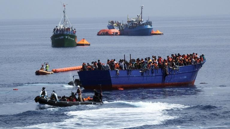 bundeswehr rettet fast 1200 fluechtlinge aus seenot