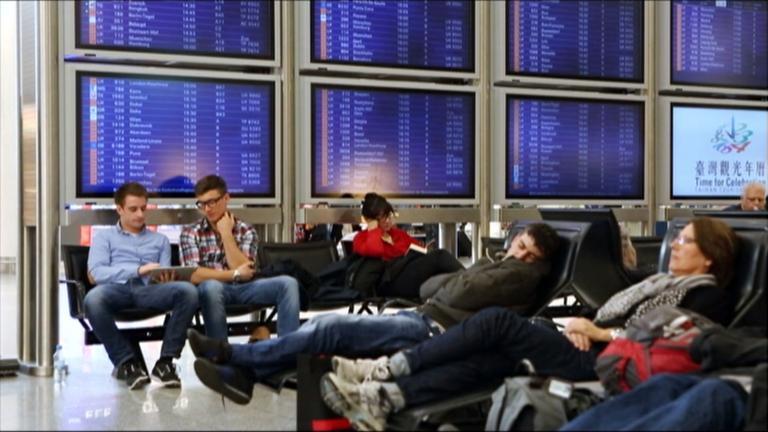 Wartende Passagiere in Flughalle