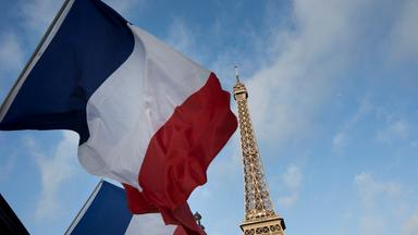 Frankreich Flagge vor dem Eiffelturm