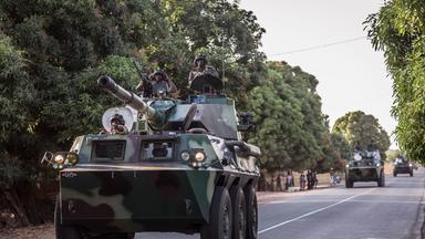 Senegalische Soldaten rücken mit gepanzerten Fahrzeugen in Gambia ein