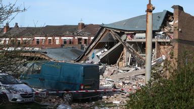 Die Trümmer mehrerer eingestürzter Häuser liegen auf dem Boden.