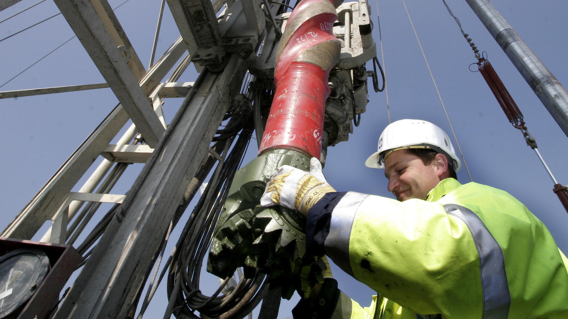 Ein Techniker richtet am Freitag 30.03.2007 über dem Bohrloch für den unterirdischen CO2- Testspeicher des GeoForschungsZentrums Potsdam (GFZ) in Ketzin bei Nauen (Havelland) den Bohrkopf ein.